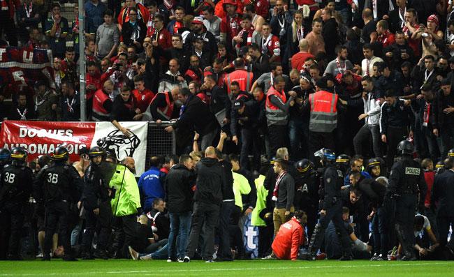 Amiens, crolla transenna allo stadio: tifosi feriti