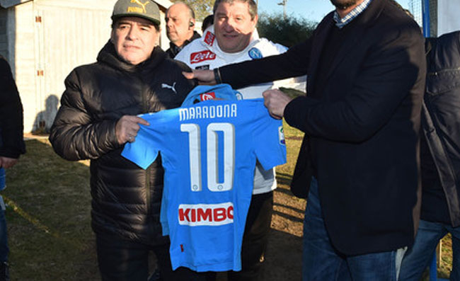 Maradona al San Carlo, tifo da stadio per lo spettacolo con Siani