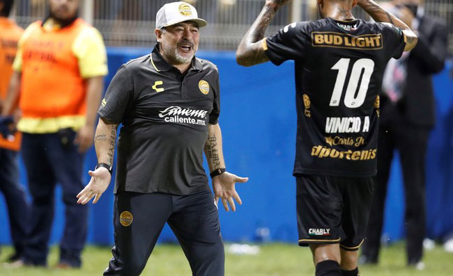 Maradona accoglie De Rossi al Boca: